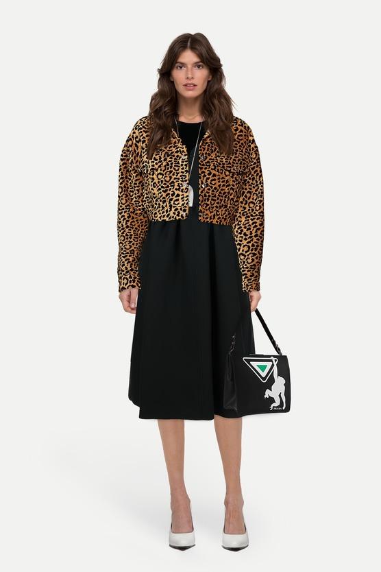 eddeb44a9dc Образ укороченная куртка с леопардовым принтом и платье миди с открытыми  плечами