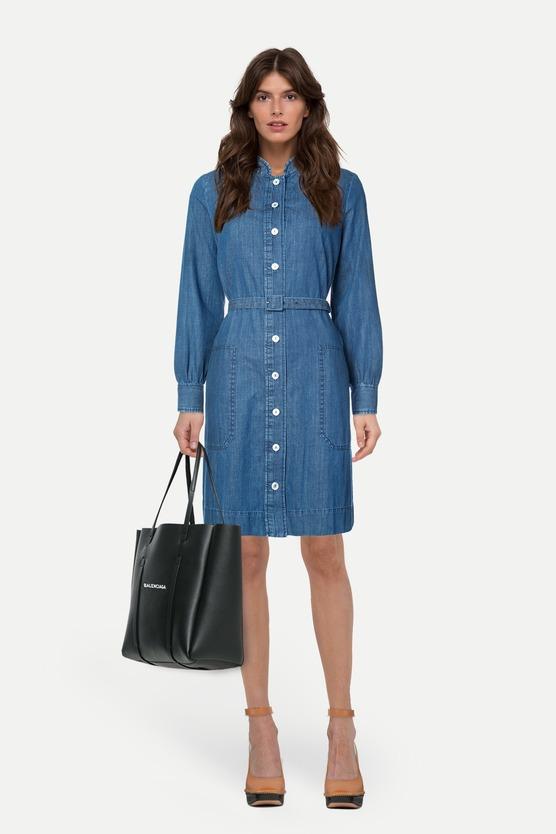 31c01524a08b862 Образ джинсовое платье-рубашка с воротником-стойкой и босоножки на высоком  каблуке и платформе