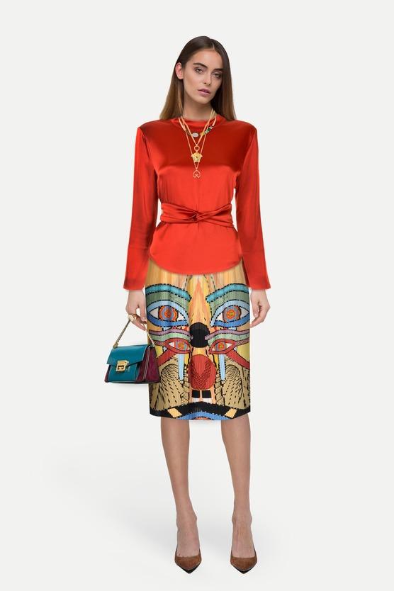 61f4c2eca46 Образ атласная блузка с поясом на талии и юбка плиссе с абстрактным принтом